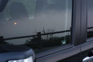 車窓に映る夕陽