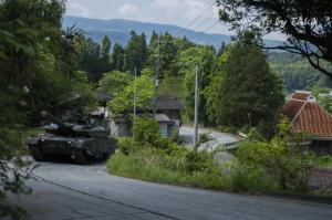 公道を走る戦車